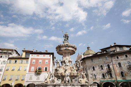 Piazza con fontana del Nettuno a Trento